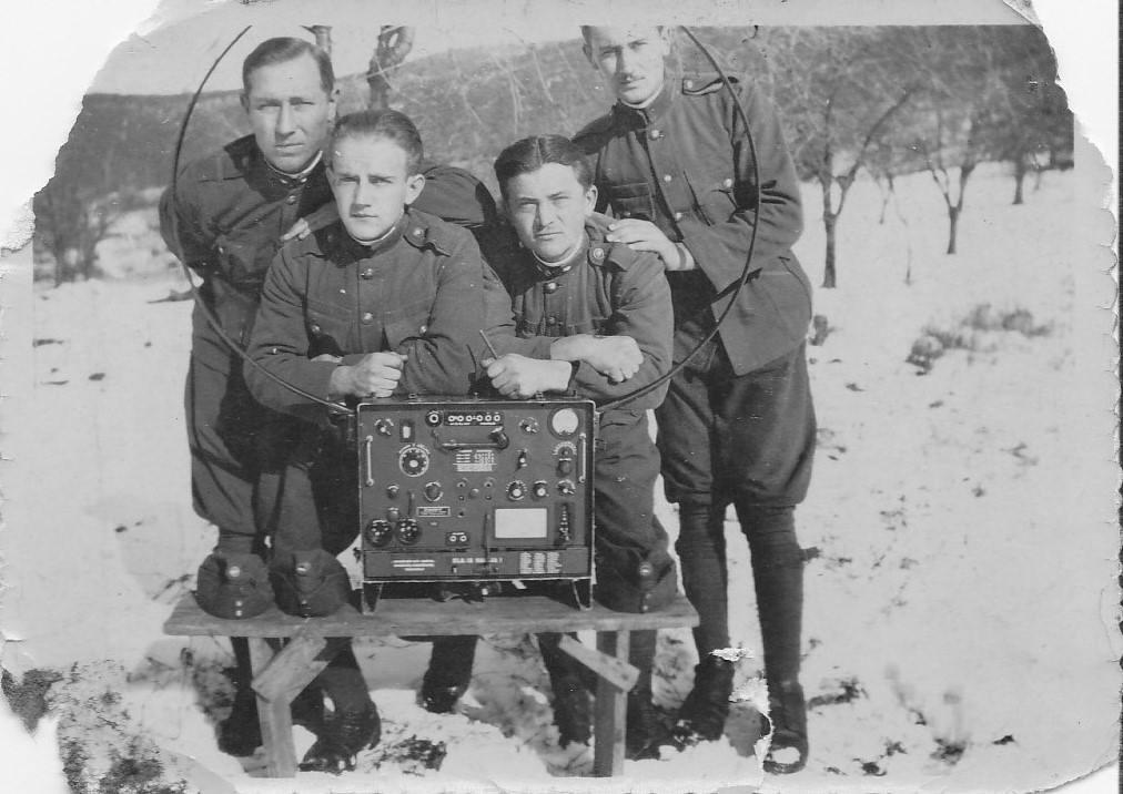 Katonák R-3-al 1937 ben