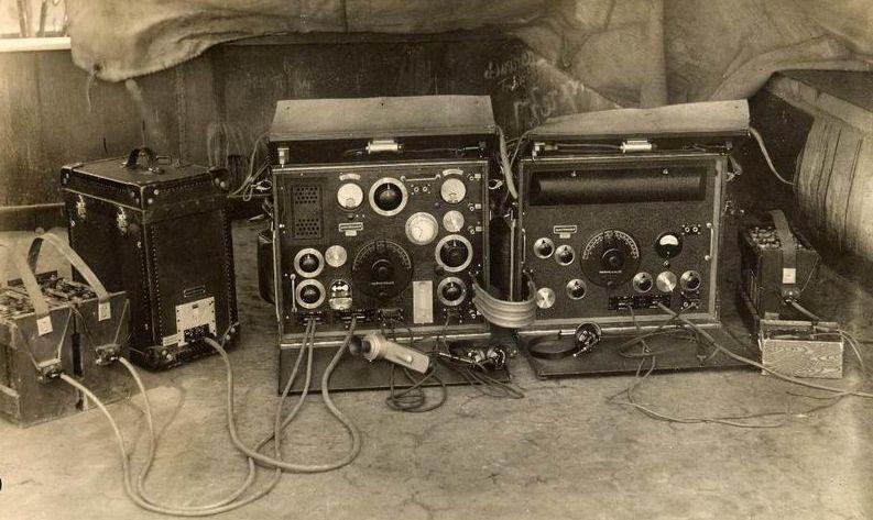 R/7 rádió adó és vevő akkumulátorokkal, áramátalakítóval.